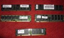 5 pamětí SDRAM PC133 (128 MB a 256 MB)